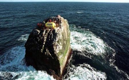 Ocupación de Rockall durante 42 días en 1997. Rockall es un islote aislado en medio del Atlántico, reclamado por Islandia, Irlanda y Reino Unido.