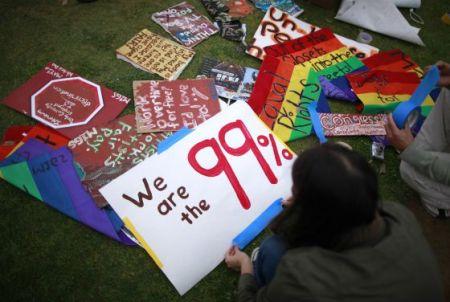 Manifestantes del movimiento Ocupa Wall Street en mayo de 2012 en Santa Mónica. / Lucy Nicholson (Reuters) por EL PAIS