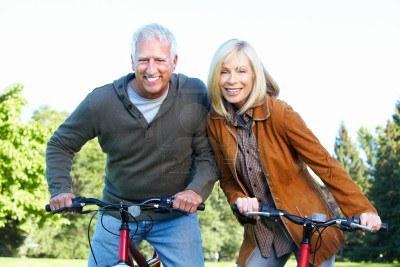 15396932-ciclista-feliz-pareja-senior