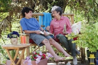 16091599-abuela-hispana-y-al-aire-libre-nieto-de-lectura