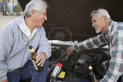 16091683-dos-hombres-mayores-que-trabajan-bajo-el-capo-del-coche